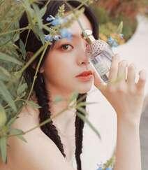 欧阳娜娜甜美清新抹胸印花裙街拍写真图片组图2