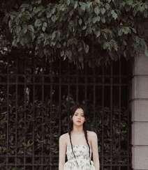 欧阳娜娜甜美清新抹胸印花裙街拍写真图片组图5