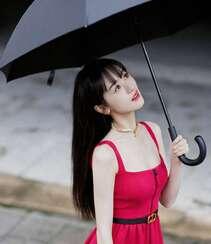 袁冰妍抢眼迷人红色一字吊带连衣裙街拍写真美照