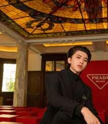 蔡徐坤黑色酷帅西服套装写真照片组图7