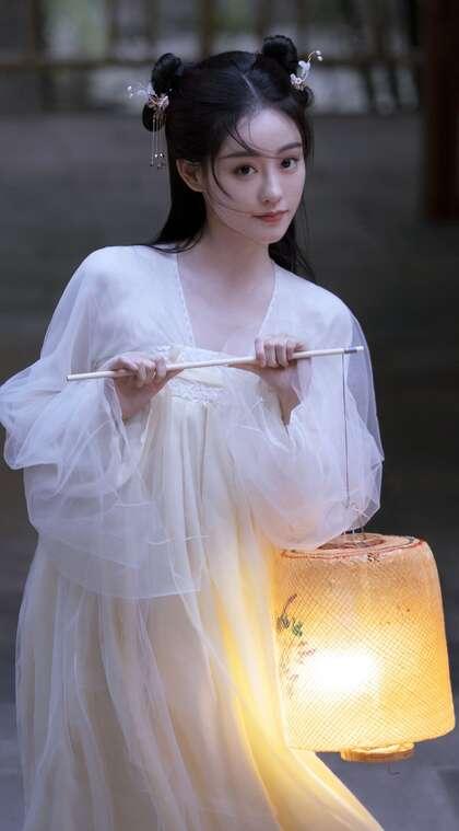 祝绪丹手拿灯笼搭配古装白裙仙气飘飘写真手机壁纸图片