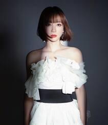 柳岩齐刘海短发发型搭配抹胸白裙高冷酷飒写真图片