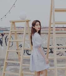 欧阳娜娜治愈系清新格纹连衣裙露天阳台写真图片组图8