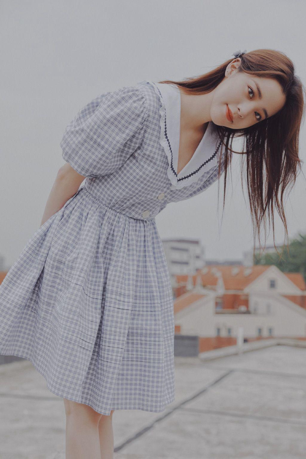欧阳娜娜治愈系清新格纹连衣裙露天阳台写真图片套图7