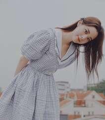 欧阳娜娜治愈系清新格纹连衣裙露天阳台写真图片组图7