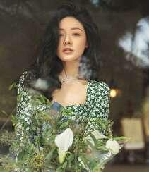 邓家佳清新夏日写真,身着绿色印花连衣裙,温馨而美好