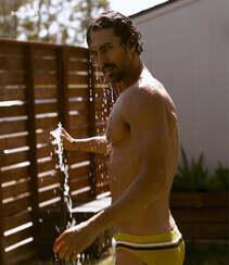 巴西男模Clint Mauro夏日泳池写真显完美身材腹肌图片组图1