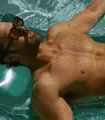 巴西男模Clint Mauro夏日泳池写真显完美身材腹肌图片组图4