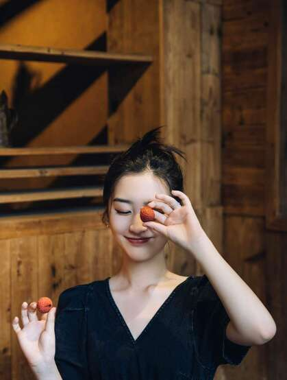 邓恩熙甜美可人V领牛仔裙复古小木屋悠闲活力写真美照