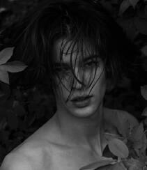 米兰时装男模Bastien De Bels户外沼泽地绿叶中裸身黑白写真图片