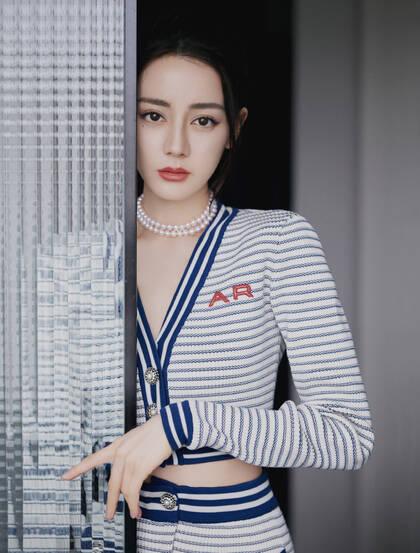 迪丽热巴休闲蓝白条纹针织套装穿搭慵懒惬意居家写真图片
