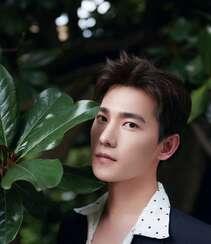 帅哥杨洋小西装黑白搭户外写真,在绿树成荫中步行的翩翩少年!