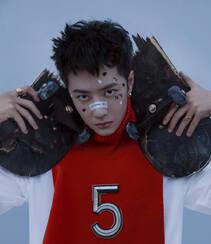 王一博化身叛逆十足青春活力滑板少年,酷盖,个性,有姿态组图2