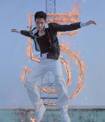 王一博化身叛逆十足青春活力滑板少年,酷盖,个性,有姿态组图5