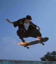 王一博化身叛逆十足青春活力滑板少年,酷盖,个性,有姿态组图4