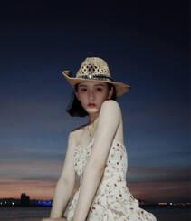 宋祖儿身骑黑马海边浪漫写真,性感印花抹胸裙着身,尽显白嫩肌肤美腿组图1