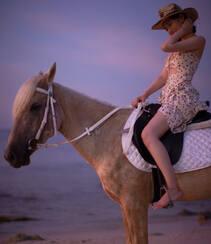 宋祖儿身骑黑马海边浪漫写真,性感印花抹胸裙着身,尽显白嫩肌肤美腿组图2