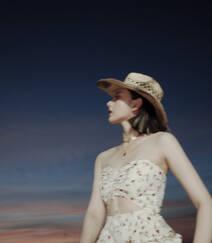 宋祖儿身骑黑马海边浪漫写真,性感印花抹胸裙着身,尽显白嫩肌肤美腿组图5