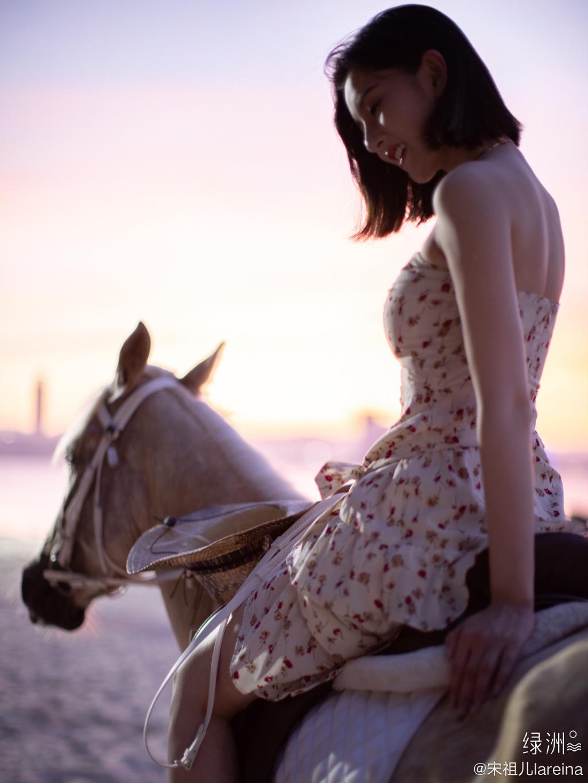 宋祖儿身骑黑马海边浪漫写真,性感印花抹胸裙着身,尽显白嫩肌肤美腿套图4