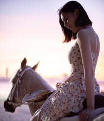 宋祖儿身骑黑马海边浪漫写真,性感印花抹胸裙着身,尽显白嫩肌肤美腿组图4
