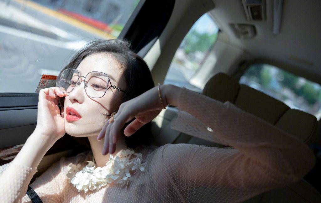 倪妮化身冷艳气质大姐姐,粉衣红裙文艺眼镜搭配,优雅御姐的魅力十足啊!套图1