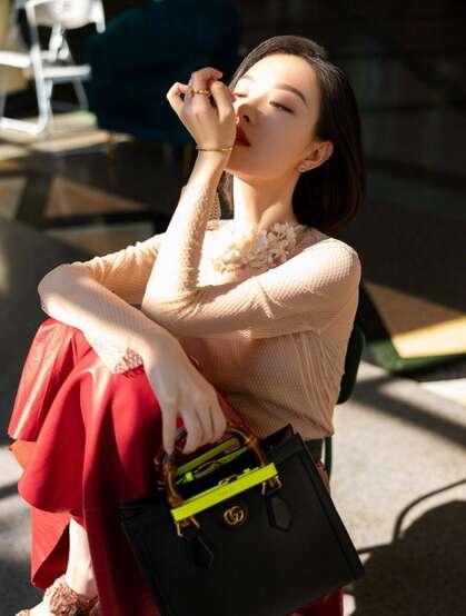 倪妮化身冷艳气质大姐姐,粉衣红裙文艺眼镜搭配,优雅御姐的魅力十足啊!