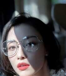 倪妮化身冷艳气质大姐姐,粉衣红裙文艺眼镜搭配,优雅御姐的魅力十足啊!组图5