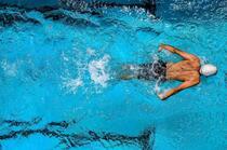 游泳运动,清澈泳池里的游泳运动员唯美高清桌面壁纸图片