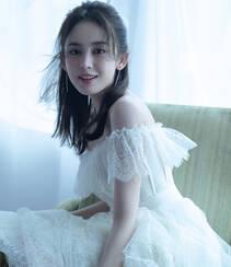 古力娜扎仙气抹胸白裙着身居家夏日享受绿色水果慵懒迷人写真图片