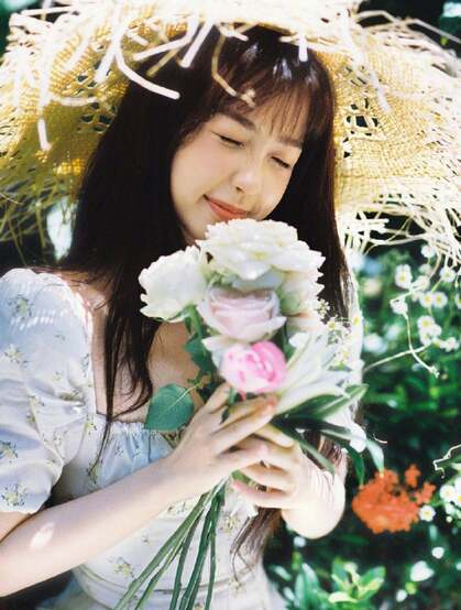 虞书欣身着印花白裙,头戴草帽徜徉花间养眼清新夏日写真美照