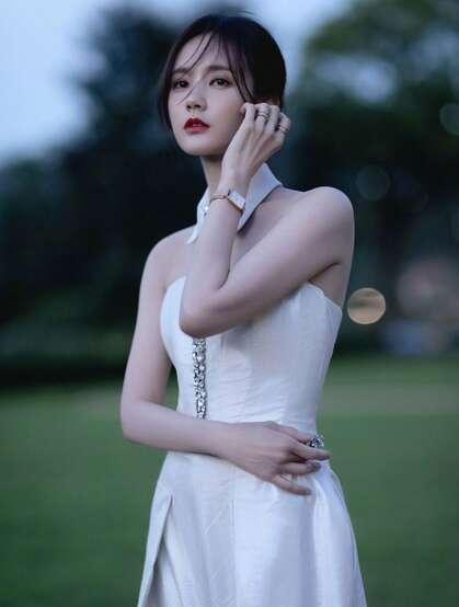李一桐性感白色抹胸连衣裤穿搭傍晚街拍写真气质美照