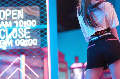 不露脸翘臀短裤美腿美女背影夜景街拍非主流高清桌面壁纸图片