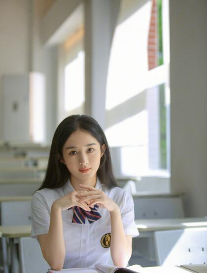 赵丽颖重回校园化身元气学院风少女,清新文艺白衣短裙制服着身,明媚动人