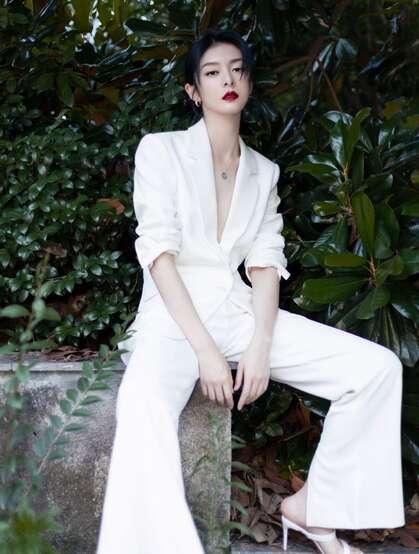 傅菁全白LOOK真空西服套装着身徜徉街上林木间酷靓写真图片