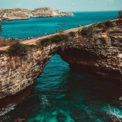 自然形成海上拱门,大自然的鬼斧神工,努沙佩尼达岛的天仙裂痕唯美图片