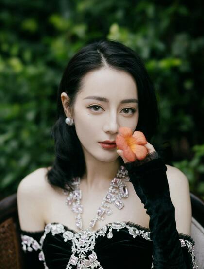 迪丽热巴高贵优雅黑丝绒公主裙户外森系写真图片