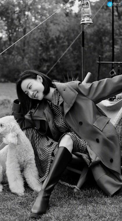 倪妮慵懒随性,率性自然穿搭户外黑白写真手机壁纸图片