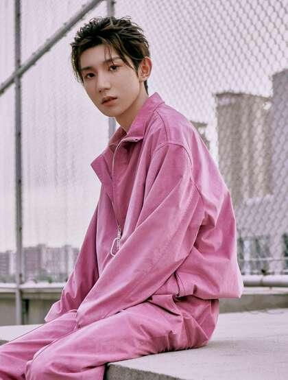 王源帅气绑发发型搭配粉色套装酷帅写真图片