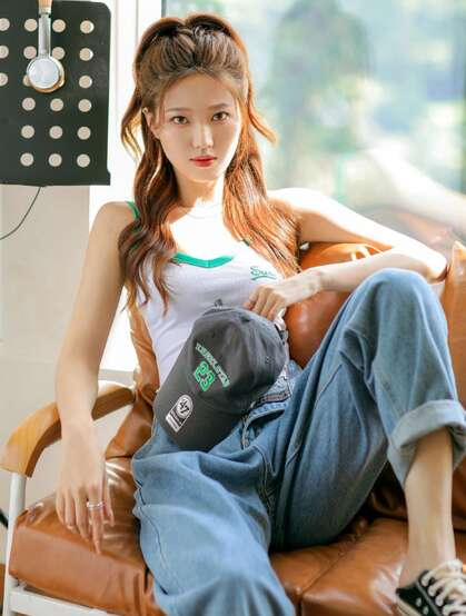 秋日居家阳光下的时尚马尾辫绑发美少女紧身连体衣牛仔裤穿着甜美可人写真图集