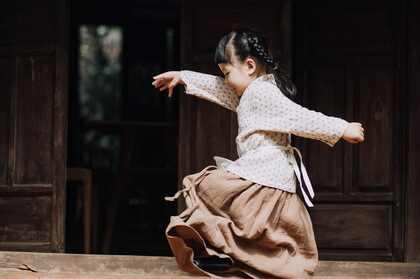 跳舞的小女孩,老式建筑 木门 古朴 天真 童年 孩童壁纸