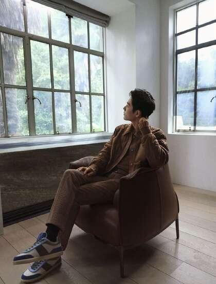肖战身着秋装,展现属于型男的秋冬温柔光影写真图片