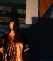 朱一龙秋日穿搭沐浴在户外阳光下帅气写真登杂志图片组图2