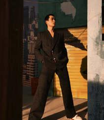 朱一龙秋日穿搭沐浴在户外阳光下帅气写真登杂志图片组图3