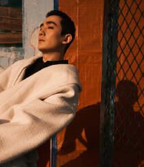 朱一龙秋日穿搭沐浴在户外阳光下帅气写真登杂志图片组图5