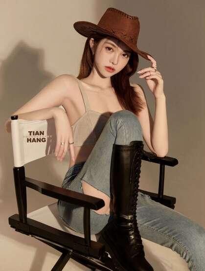 超性感的牛仔妹子,身材有致,漂亮动人的紧身吊带内衣牛仔裤美女高清图集