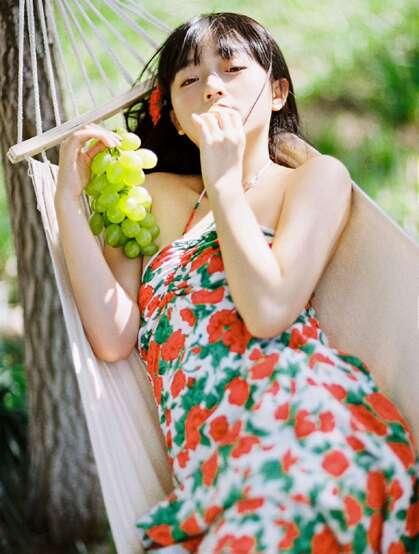 吊床上享受户外清新的甜美可爱美少女身着玫瑰花吊带裙超好看唯美写真图集