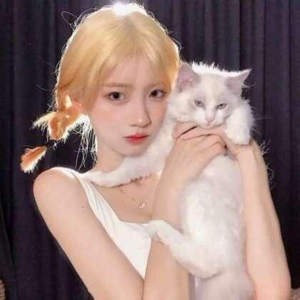 和宠物猫,宠物狗狗一起上镜的可爱女生真人2021网图头像图片