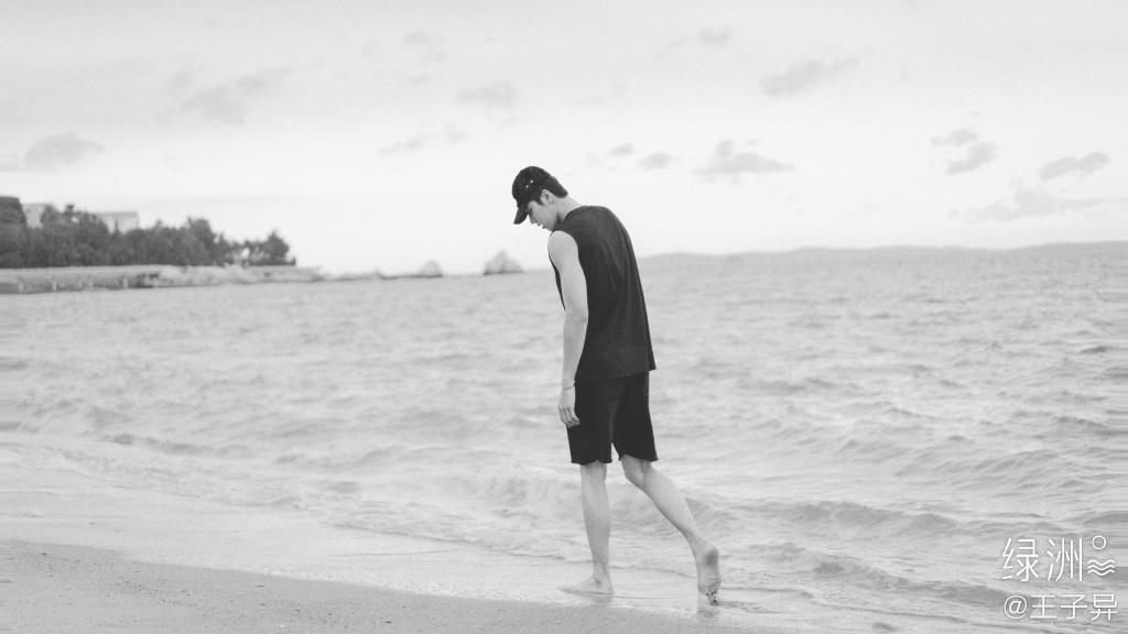 王子异头戴休闲帽搭配黑色背心短裤帅气海边写真黑白照片套图1