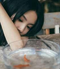 章若楠与金鱼为伴清新复古写真图片组图2