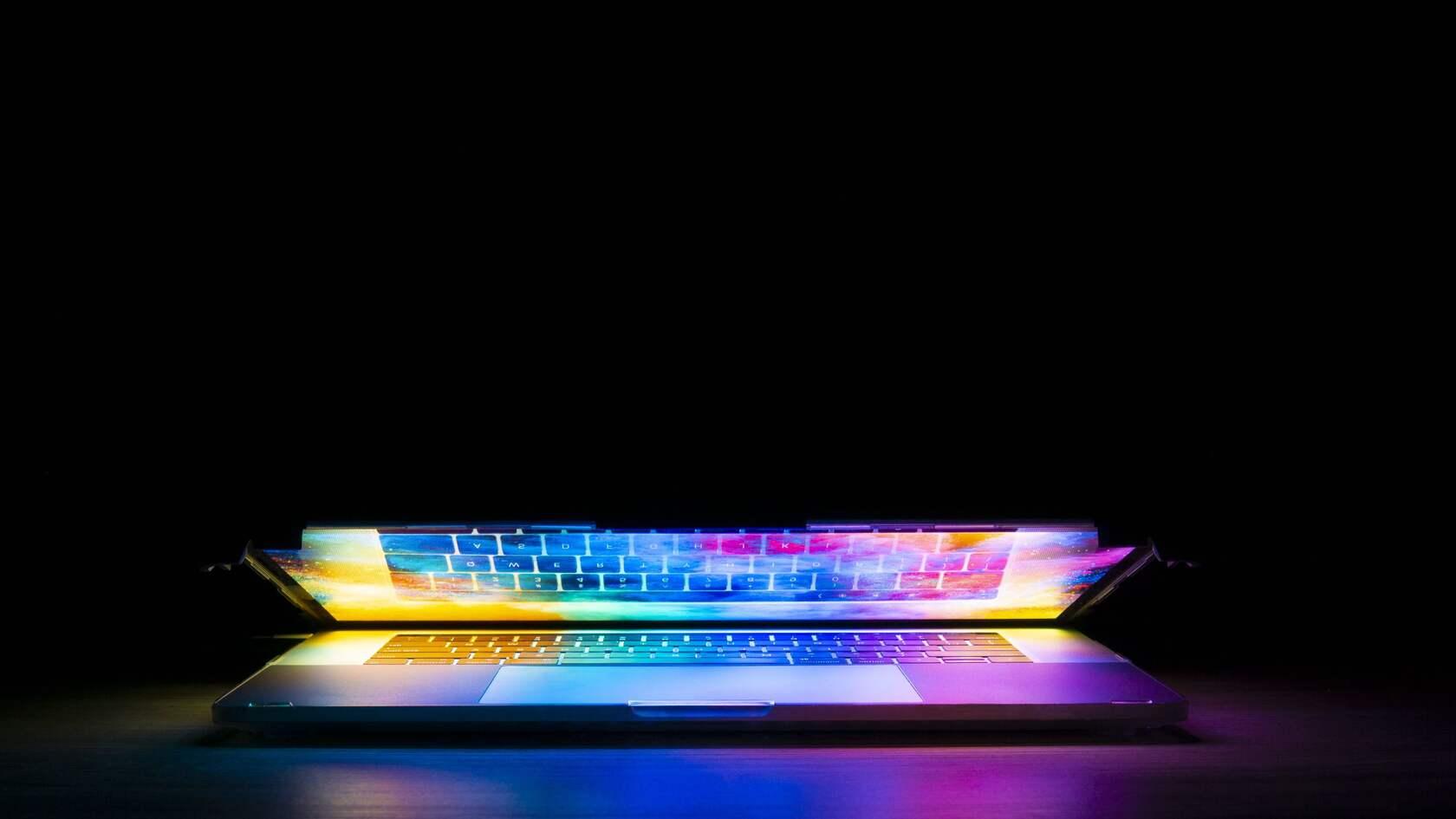 黑色背景 发光的键盘 个性壁纸图片